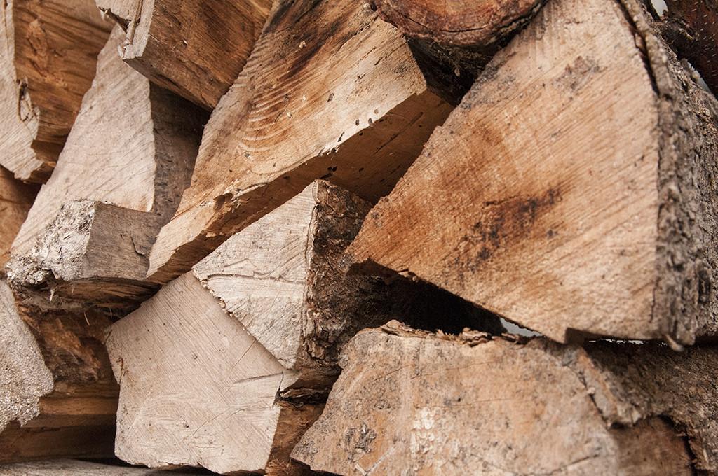 出番を待つ薪たち